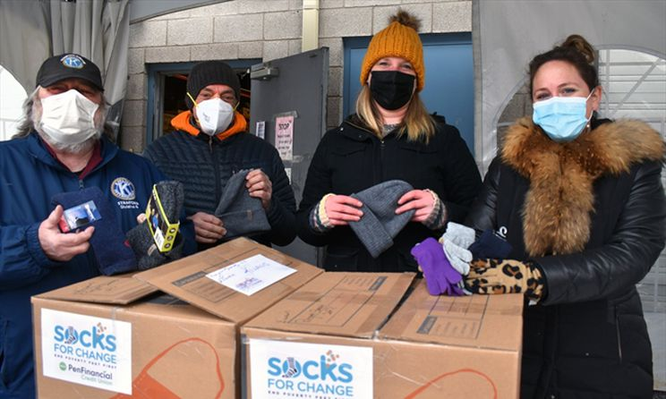 Socks and gloves help vulnerable stay warm in Niagara Falls